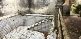 An empty pool on La Ceiba's grounds